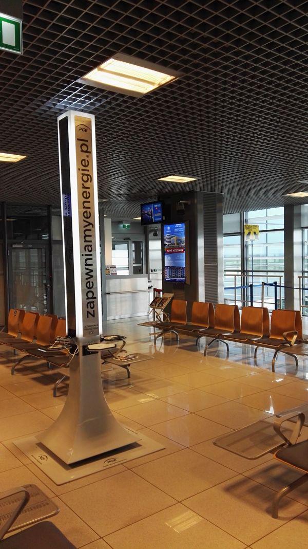 Na lotnisku w Jasionce uruchomiono darmowe ładowarki do telefonów od PGE Obrót