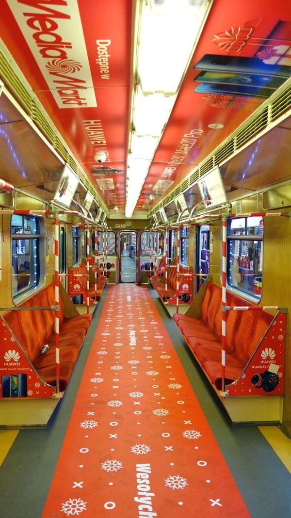 181206mm2 - Świąteczny pociąg MediaMarkt w warszawskim metrze